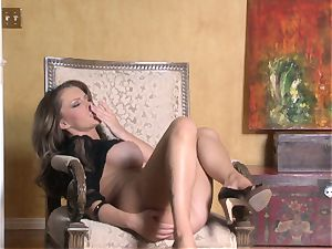 steaming Jenna Presley toying with her jummy pink raw vulva until she cums