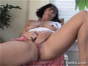 horny mummy Lynn milking